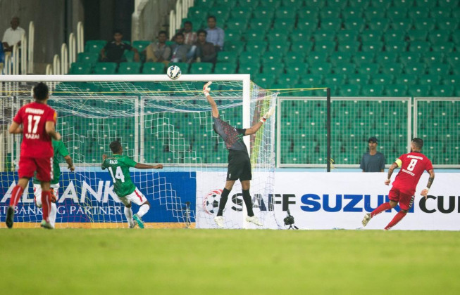 Afghanistan attacking and got their second goal in the 32nd minute, scored by their captain Faysal Shayesteh. (Photo - SAFF Suzuki Cup)