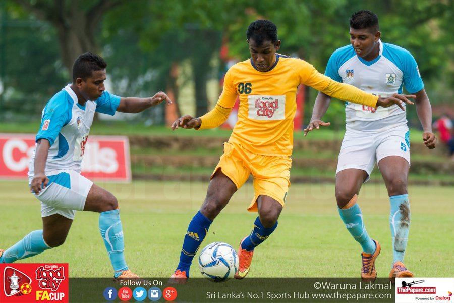 Army SC's Mohamed Issadeen (M) in action against Air Force SC - FA Cup 2016 Quarter Final