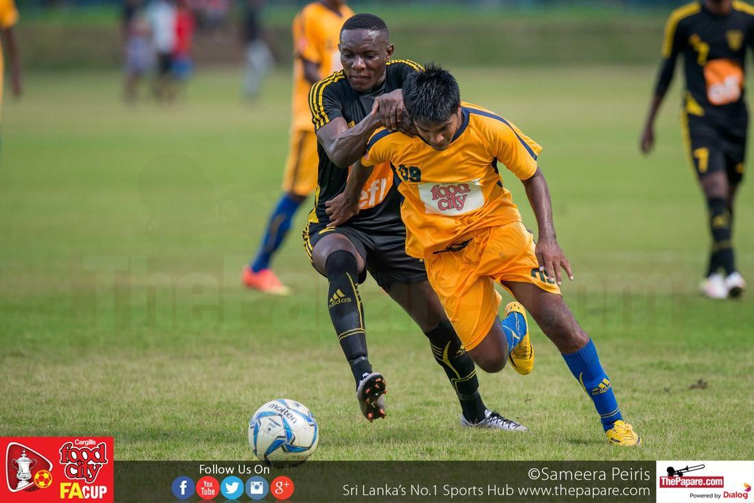 Army's Sajith Kumara breaks away from Momas Yapo - FA Cup 2016 Semi Final