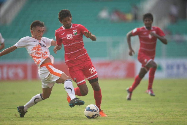 Maldivian Ibrahim Ansar tries to keep possetion as Lhendup Dorji tries to stop him. (Photo - SAFF Suzuki Cup)