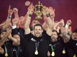 New Zealand's flanker and captain Richie McCaw (C) holds the Webb Ellis Cup ©AFP