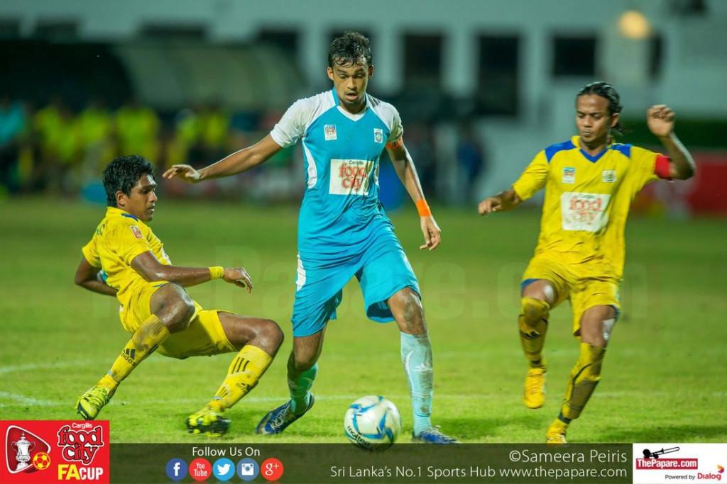 Renown SC captain Mohamed Rifnaz (M) goes past Eranga (L) and Sanoj Sameera (R) - FA Cup 2016 Semi Final