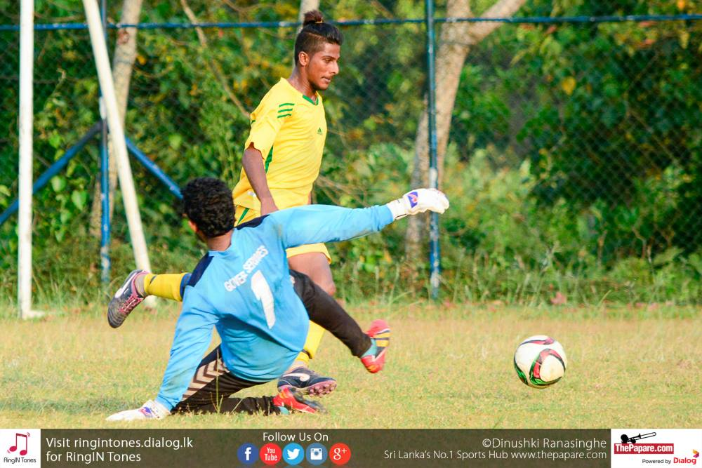 Sarasavi SC's Kanishka Madushanka goes past the GSSC goalkeeper