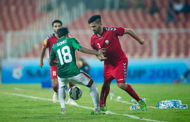 Sohel Raja battles it out with Islam Nasir to get the ball back in possession. (Photo - SAFF Suzuki Cup)