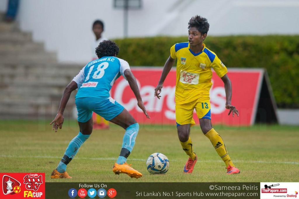Suntharaj Niresh (R) in action against Renown's Dimuthu Priyadarshana (L) - FA Cup 2016 Semi Final