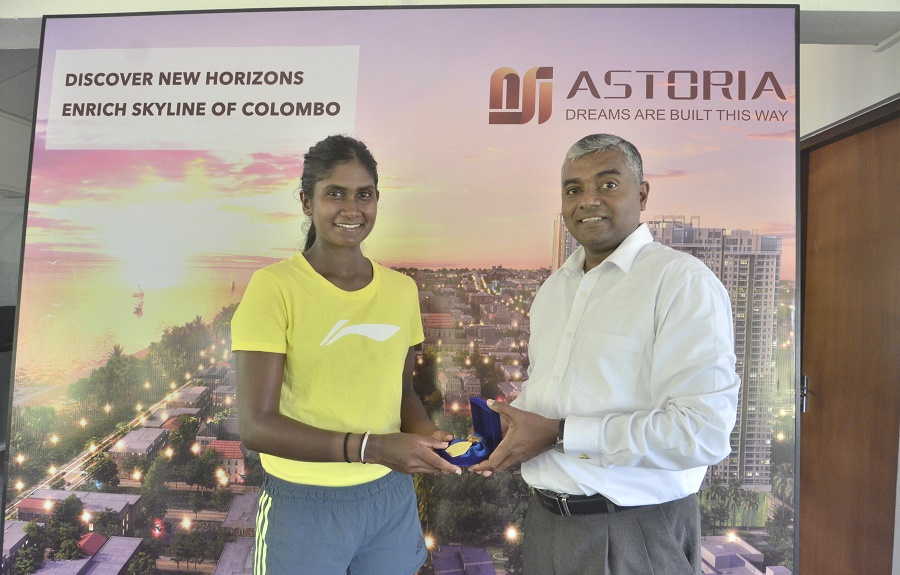 Thisuri Molligoda receiving her medal for the win in the week 1