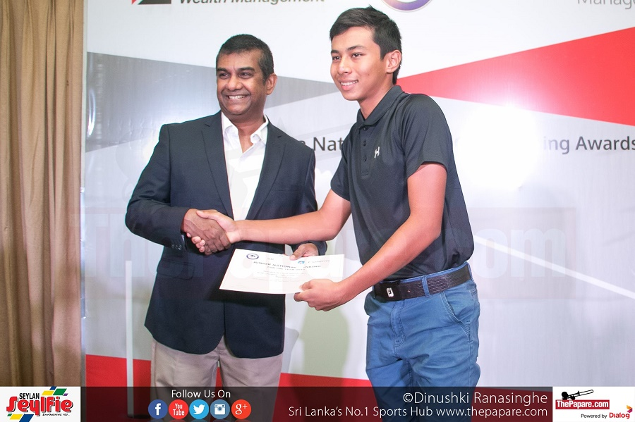Vinod Weerasinghe (L) receiving his award from Prabhoda Samarasekara CEO NDB Wealth (R)